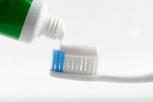 フッ素配合の歯磨剤と歯ブラシ