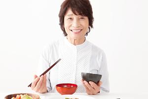食事をする高齢女性