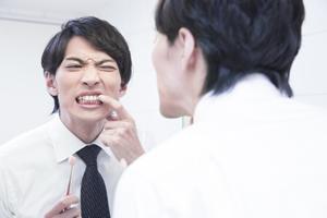 歯茎が下がる男性