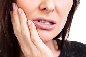ストレスで口に違和感を覚える女性